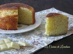 La Torta soffice al cioccolato bianco è un dolce morbido e delizioso ideale per la colazione, la merenda o una dolcissima coccola