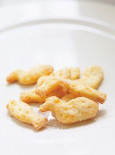 Recette de craquelins au fromage Type Goldfish au cheddar de Ricardo. Recette d'entrées ou grignotines pour enfants. Réduire le fromage, le beurre et le lait en pâte homogène. Former deux disques.