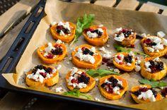 """Süßkartoffel-""""Crostini"""" mit Feta, Balsamico-Zwiebeln und Cranberrys"""