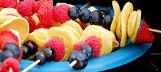 Miniplättar med banan, blåbär, hallon och jordgubbar