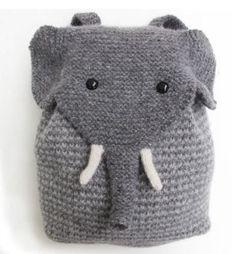 """Dieser allerliebste Elefanten Rucksack ist gestrickt. Du kannst ihn bei morehousefarm.com als """"Strick-Kit"""" bestellen."""