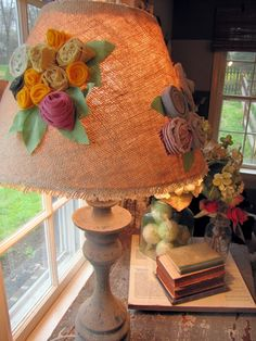 Burlap flower lampshade from Knock-Off Decor Burlap Flowers, Felt Flowers, Fabric Flowers, Fun Crafts, Diy And Crafts, Knock Off Decor, I Love Lamp, Burlap Crafts, Diy Home Decor