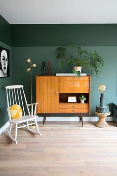 Look inside the vintage paradise of Marij Hessel (Enter My Attic) – Eigen Huis en Tuin - Modern Decor, Home Living Room, Interior, Green Kitchen Decor, Home Decor, House Interior, Interior Design, Home And Living, Retro Kitchen Decor