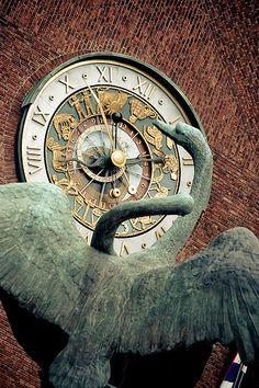 Oslo City Hall - Statue and Clock