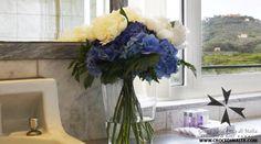 #Rose bianche e #ortensie blu, un'accostamento elegante non vi pare?