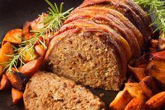 Saftiger Hackbraten mit knusprigem Bacon und herrlich krossen Kartoffelecken  Manchmal sind es die einfachen Dinge die einen erfreuen.  http://einfach-schnell-gesund-kochen.de/saftiger-hackbraten-mit-knusprigem-bacon-und-herrlich-krossen-kartoffelecken/