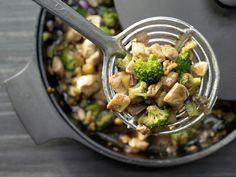 Hähnchen und Brokkoli aus dem Wok - mit Walnüssen und Austernsauce - smarter - Kalorien: 413 Kcal - Zeit: 35 Min. | eatsmarter.de