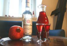 Lav din egen snaps til julefrokosten! Drinks Alcohol Recipes, Alcoholic Drinks, Beverages, Hot Sauce Bottles, Vodka Bottle, Smoothie, Vodka Shots, Spiritus, Fat Burning Detox Drinks