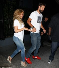 Shakira puts on a raunchy show for Gerard Pique as they dirty dance in Hollywood club Shakira Outfits, Mom Outfits, Casual Fall Outfits, Dance Outfits, Jean Outfits, Cute Outfits, Fashion Outfits, Dancing Outfit, Shakira Body