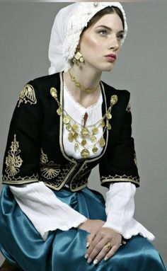 Ancient Greek Costumes, Ancient Greek Clothing, Greek Traditional Dress, Traditional Outfits, Beauty Around The World, Folk Costume, Character Outfits, Photography Women, Costumes For Women