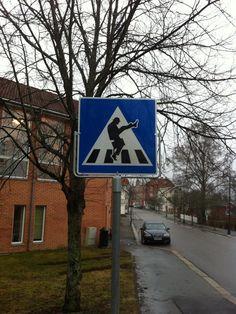 Alter Schwede: diese Norweger! Silly Walk i Hobøl - Det er dette skiltet som skaper debatt i Ørje. - Foto: Kreativiteket