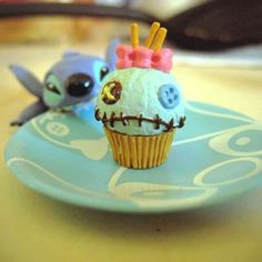 The most adorable Scrump cupcakes. I could totally imagine these paired with Stitch cupcakes and cupcakes inspired by Lilo's red & white dress. Disney Desserts, Disney Cupcakes, Disney Food, Cupcake Cakes, Guy Cupcakes, Disney Recipes, Lilo And Stitch Cake, Lilo Y Stitch, Stitch Doll