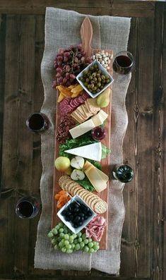 Rufen Sie Ihre Freunde und Familie, denn Sie eine epische Käse für Ihr nächstes Treffen auf diesem Board zu verbreiten dient! Dieses Angebot ist für ein 1 Eiche Extra große Servierplatte. Wir bieten diese Platten in Eiche, Ahorn, Nussbaum und Kirsche. Bitte klicken Sie