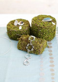 moss-covered Styrofoam pieces makes for an interesting display for jewelry - and. - moss-covered Styrofoam pieces makes for an interesting display for jewelry – and you can cut it i - Craft Fair Displays, Store Displays, Display Ideas, Jewelry Booth, Jewelry Armoire, Jewelry Stand, Jewelry Crafts, Handmade Jewelry, Personalised Jewellery