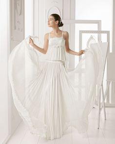 ODESA - Vestido de bambula y encaje con pedrería en color naturalT6166- Horquillas con flor de cristal y metal, color plataT6356- Peineta de cristal y metal, color plata