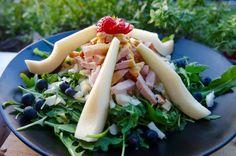 Venkel is een heerlijke groente die smaakt naar anijs. De venkel is een witte groente met groene uitlopers die je ook kunt eten. De onderkant van de venkel wordt een venkelknol genoemd. Venkel wordt gebruikt als groente en als kruid.