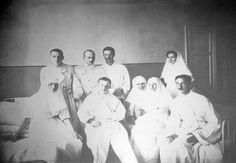 Grand Duchess Olga Nikolaevna (right) e Grand Duchess Tatiana Nikolaevna (left) atuando como enfermeiras com os Officers e Soldados Feridos na enfermaria do Hospital em Tsarskoye Selo em 1915.