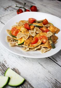 Pasta with zucchini and chicken in a red sauce - a healthy lunch [PRZEPIS] - Cod . Chicken Zucchini Pasta, Garlic Chicken, Clean Eating, Healthy Eating, Healthy Food, Red Sauce, Food Design, Caprese Salad, Healthy Dinner Recipes