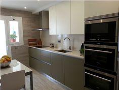 Un buen ejemplo de cómo combinar e integrar los colores para conseguir un ambiente cálido y acogedor en tu cocina. Este cliente no ha podido hacer mejor elección, ¿te gusta? ☺    ☎ 93 799 99 95 - http://qoo.ly/m3mfi
