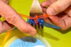 В данном случае мы отрезаем кусочек ленточки и продеваем ее между средними зубьями  вилки  и завязываем ленточки в узелок