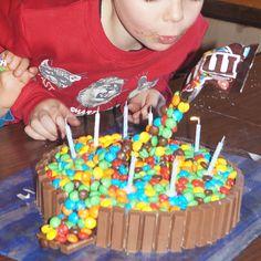 Our first anti-gravity cake with M&Ms. Наш первый антигравитационный торт с m&m