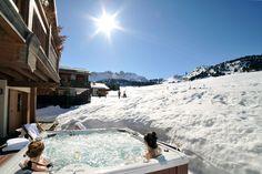 Que diriez-vous d'un jacuzzi privatif au bord des pistes de ski ? Une vue magnifique, une coupe de champagne, un ciel dégagé... Parfait pour un moment romantique en amoureux ou simplement pour se détendre entre amis. Photo : Chalet Chamois, Courchevel 1650. #jacuzzi #wellness #cocooning #ski #snow #skiresort #bluesky #wonderful #travelgram #mountains #mountainscape #winter #winterishere #snowy #fun #funny #champagne #spa #chalet #ski #sun #holidays #travel