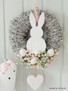 Türkranz mit frühlingshaften Blüten und Hasenmotiv als Osterdeko / Pretty door wreath with spring flowers and Easter bunny motif to decorate your home made by ChriSue via DaWanda.com #ostern #deko #dekoration #frühling #floral #ostereier #osterhase #easter #decoration #easter #bunny #eggs