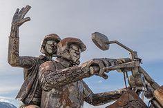 Sculpture d'acier représentant un couple chevauchant une moto Harley-Davidson «Fat Bob», à Finkenstein am Faaker See, dans le district autrichien de Villach-Land en Carinthie.  (définition réelle 7360×4912)