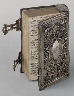 Siddur - daily prayer book  http://www.photo.rmn.fr/ Reliure de livre en argent repercé. Pays-Bas, circa 1680