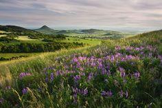 ROZKVETLÉ STŘEDOHOŘÍ: Takové výhledy nabízí nápadně špičatý a téměř holý vrchol Číčov v CHKO České středohoří.