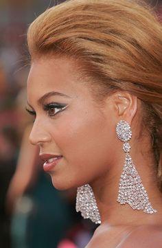 Beyonce wears Lorraine Schwartz earrings to the 2005 Oscars