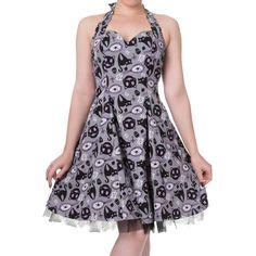 Banned. Een grijze jurk met een halter nek en een wijde rok. De jurk heeft een all over print van een zwarte kat met een gebroken spiegel. De onderkant heeft een randje trim stof zodat het mooi in vorm zit. Aan de zijkant zit een ritssluiting.