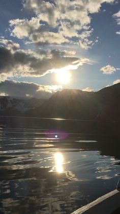 Slike flotte dager i mai med kveldssol . Ligge fremme i framskotten i båten å høre måsene og sjøen som slår i båten - det er godt og fredelig .