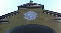 Alle spalle della chiesa principale di Corte c'è n'è un'altra più piccola, dipinta di un bel giallo ocra. L'altare... #CorsicaVivilaAdesso