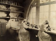 English Red Cross nurses use microscopes for war wound biological research, WWI. Photo by PAUL THOMPSON [National Geographic] History Of Nursing, Medical History, Vintage Nurse, Vintage Medical, National Geographic, Professional Nurse, Nursing Research, Historical Images, Women In History