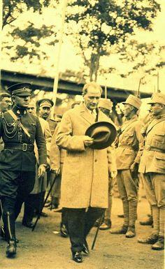Gazi Mustafa Kemal ATATÜRK bağrından çıktığı Türk Ordusunun neferlerini selamlarken.