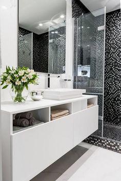 Egyszerű, férfias, semmi felesleges - gyönyörű fa padló, LED fények, modern berendezés egy férfi két hálószobás lakásában