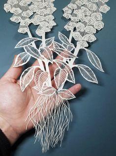 Os intrincados cortes de papel formando figuras da natureza na arte de Pippa Dyrlaga
