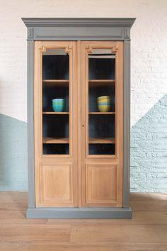 Gezandstraalde kast subtiel doorleefd geschilderd in ZK09 gecombineerd met houtlook deuren.