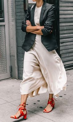 Ditch This One Item to Make Your Outfit Look Expensive () skirt street style Street Looks, Look Street Style, Street Styles, 34 Street, Parisian Street Style, Nyfw Street, Street Chic, Moda Fashion, Womens Fashion