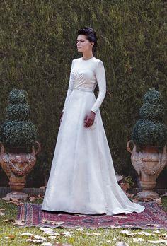 Colección de novia 2015 de Juan Vara.Vestido en raso de seda con un estudio de drapeado sobre el pecho.