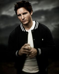 Peter Facinelli (born November is an American actor, perhaps best-known as the star of FOX's 2002 television series Fastlane. He played Carlisle Cullen in the film adaptation of Twilight. Saga Twilight, Peter Facinelli, Baseball Photos, Lectures, Carlisle, Blog, Baby Daddy, American Actors, Character Inspiration