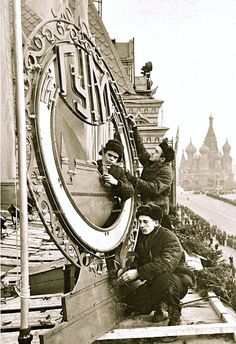 "Moscow, ""Come on now in GUM"". Journey through the historic store. Russian Architecture, Winter Palace, Soviet Union, Old Pictures, Moscow, Big Ben, Past, Cathedral, Journey"