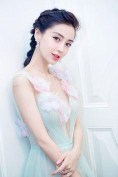 Vẻ đẹp của Angela Baby giúp cô được truyền thông và khán giả ưu ái.