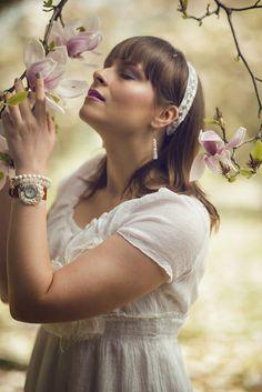 idée de coifffure romantique pour le mariage Marie, Pearl Earrings, Pearls, Jewelry, Fashion, Flower Crowns, Crowns, Romantic, Moda