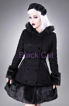 Teplý zimní vypasovaný kabát s kapucí, lemovaný umělou kožešinou. Zapínání na knoflíky, součástí jsou boční kapsy, na zadní straně šněrování pro lepší