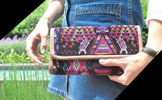Larraiza, bolsas artesanales elaboradas a partir de huipiles - Púrpura