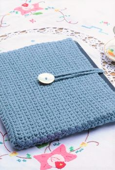 How to Crochet a Tablet Cover Crochet Tablet Cover, Crochet Handles, Crochet Things, Hobbies And Crafts, Crocheting, Purses And Bags, Totes, Crochet Patterns, Laptop