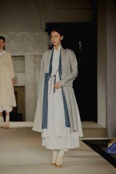 Tchai kim(차이 킴) Korean Traditional, Traditional Fashion, Traditional Dresses, Korean Dress, Korean Outfits, Unique Fashion, Womens Fashion, Fashion Design, Modern Hanbok