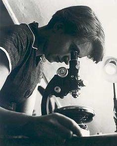 Rosalind Franklin (1920-1958) est une biologiste moléculaire britannique qui participa à la découverte de la structure de l'ADN.